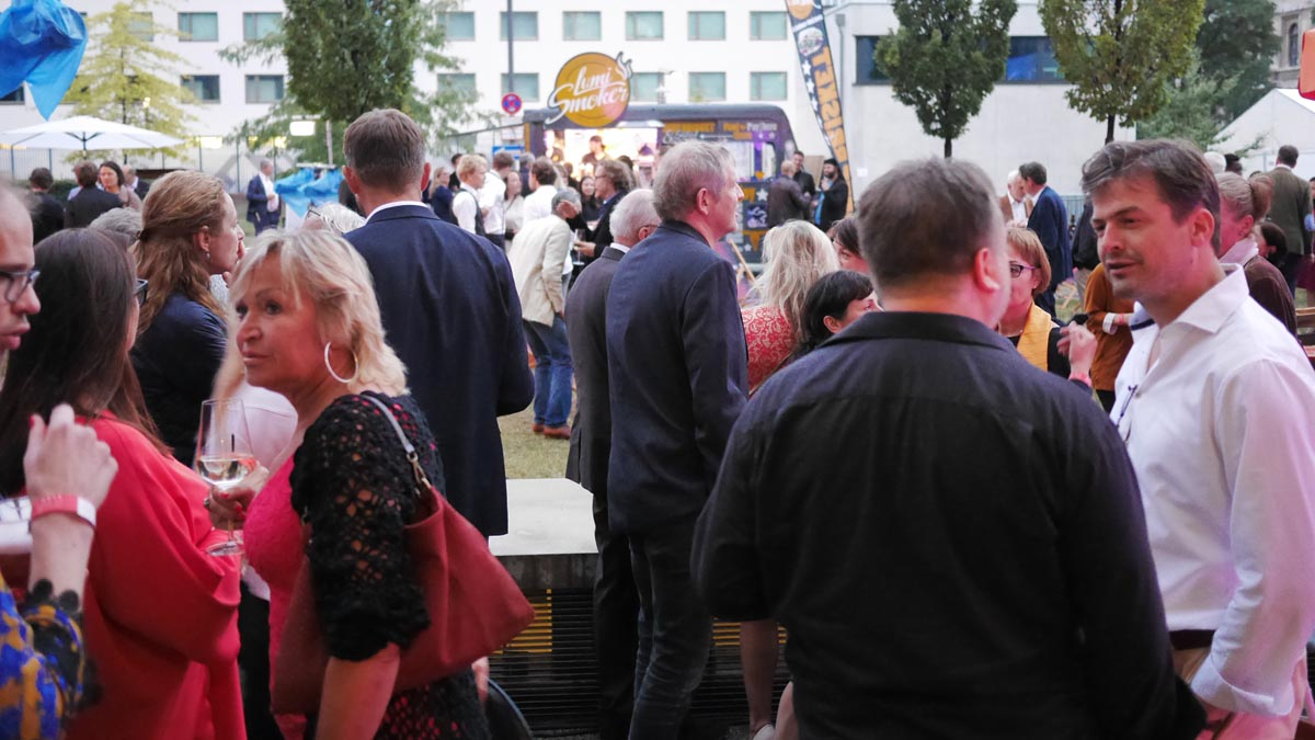 Innenhof der HFF mit Food-Trucks